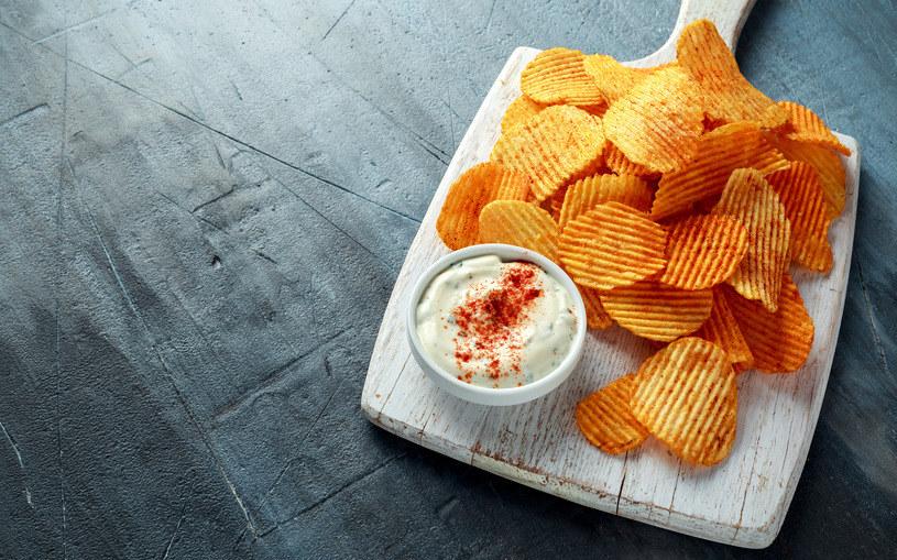 Chipsy i sos czosnkowo-jogurtowy to wyjątkowo smaczne połączenie /123RF/PICSEL