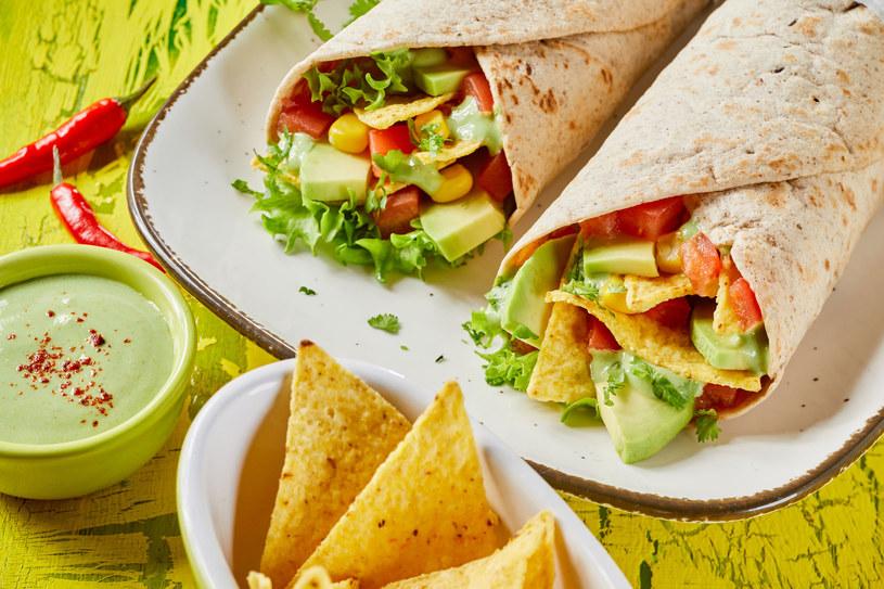 Chipsy zamieńmy np. na tortille razowe z warzywami, a słodycze na domowej roboty smakołyki /123RF/PICSEL