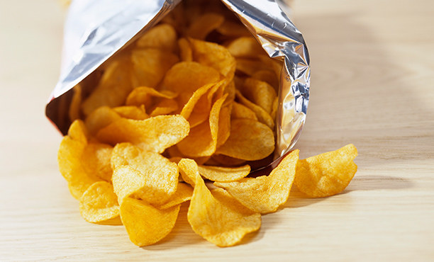 chipsy ziemniaczane /© Photogenica