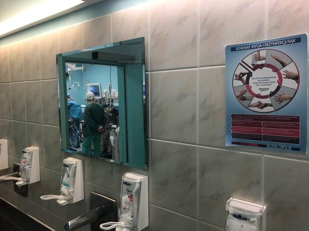 Chirurdzy przed zabiegiem muszą umyć każdy zakątek dłoni. /Mateusz Chłystun /RMF FM