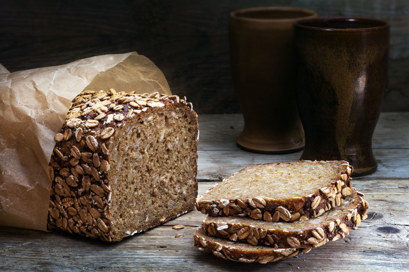 Chleb pełnoziarnisty to idealny wybór dla osób będących na diecie /123RF/PICSEL