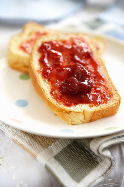 chleb z dżemem /© Photogenica