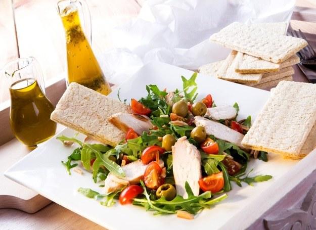Chlebki zbożowe to doskonałe dopełnienie pysznej sałatki /materiały prasowe