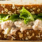Chlebowy przekładaniec z tuńczykiem