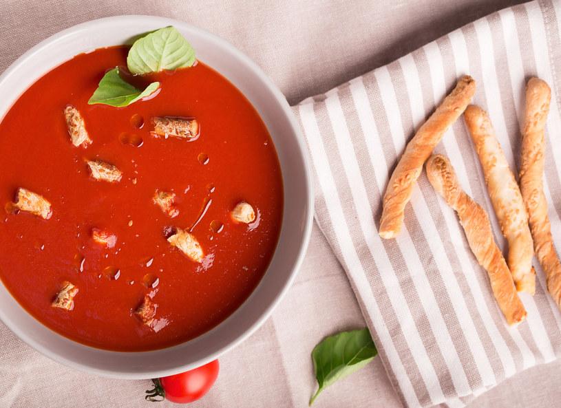 Chłodniki inspirowane kuchnią śródziemnomorską, np. gazpacho, możemy podawać z paluszkami grissini lub krakersami. /123/RF PICSEL /123RF/PICSEL