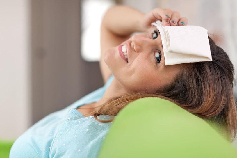 Chłodny okład z octu spirytusowego łagodzi ból głowy, gorączkę, a także opuchliznę po stłuczeniu /123RF/PICSEL