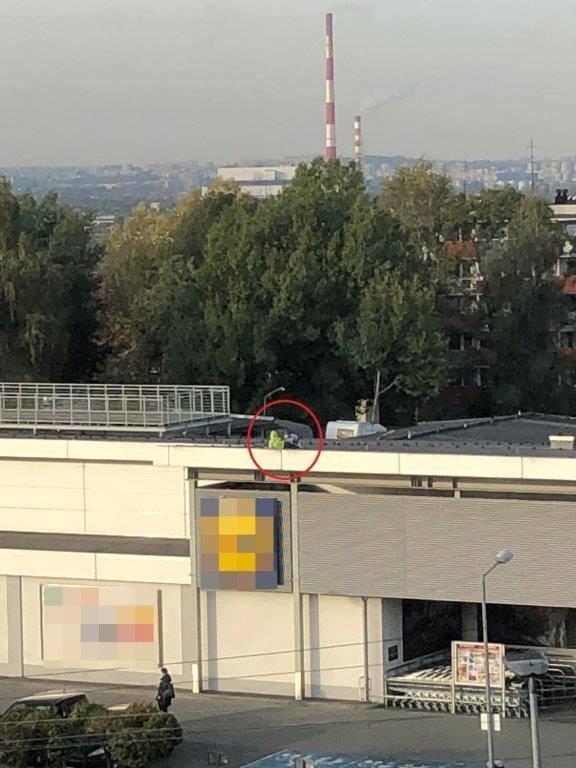 Chłopców na dachu marketu policjanci zauważyli z budynku komisariatu /Policja