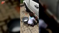 Chłopczyk chciał umyć tacie samochód rękami
