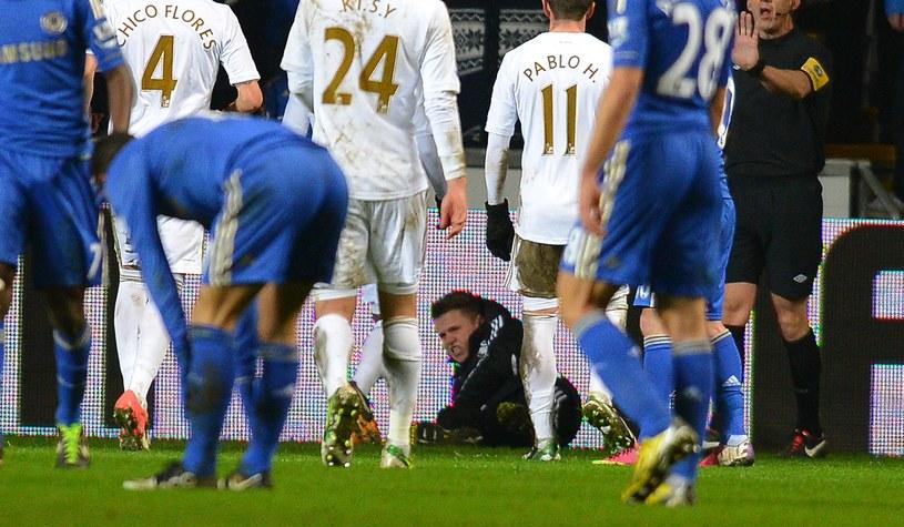 Chłopiec do podawania piłek leży na boisku po ataku Edena Hazarda /AFP