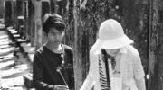 Chłopiec kambodżański sprzedający turystom / tu: Japonce / kadzidło na terenie Angkor - wat. W ten sposób zarabia na miskę ryżu.