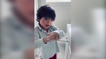 Chłopiec prezentuje poprawne mycie rąk