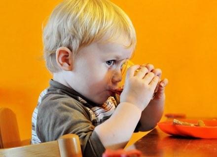 Chłopiec rzeczywiście może mieć tak zwaną żółtaczkę karotenową /© Panthermedia