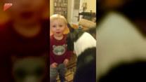 Chłopiec skradł przyjacielowi całusa. Urocze