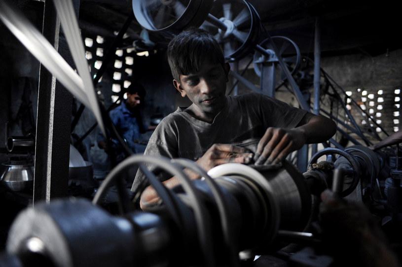 Chłopiec w fabryce aluminiowych naczyń w Bangladeszu /MUNIR UZ ZAMAN /AFP