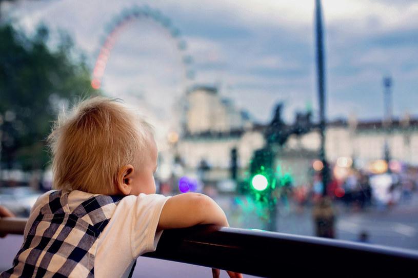 Chłopiec w wesołym miasteczku, zdjęcie ilustracyjne /123RF/PICSEL