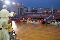Chłopiec wdrapał się na podest papieża
