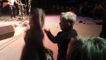 Chłopiec wskoczył na scenę i skradł całe show. Zobaczcie sami