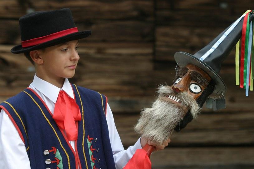 Chłopiec z Kaszubskiego Zespołu Folklorystycznego Krebane z Brus prezentuje diabelskie skrzypce /Łukasz Głowala /Agencja FORUM