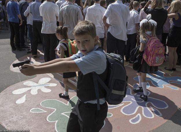 Chlopiec z zabawkowym pistoletem na szkolnej uroczystości poświęconej pamieć poległego żołnierza z Mariupola/ 9.9.2015 /MAREK BEREZOWSKI/REPORTER /East News