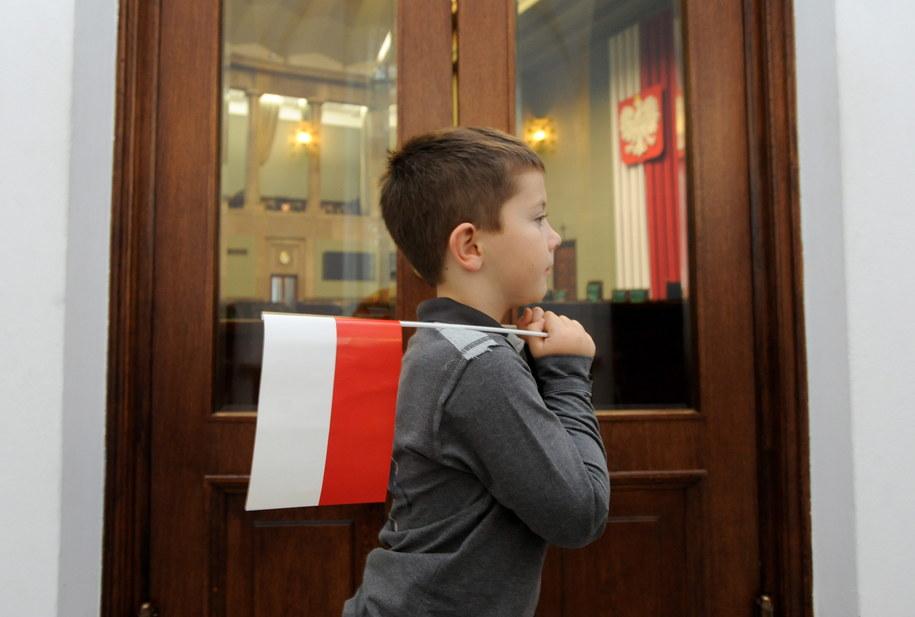 Chłopiec zwiedzający Sejm podczas dnia otwartego zorganizowanego z okazji zbliżającego się Święta Niepodległości /Bartłomiej Zborowski /PAP
