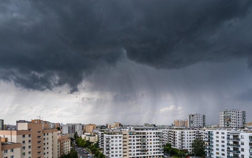 Chmura burzowa nad osiedlem mieszkaniowym w Warszawie / Arkadiusz Ziolek /East News