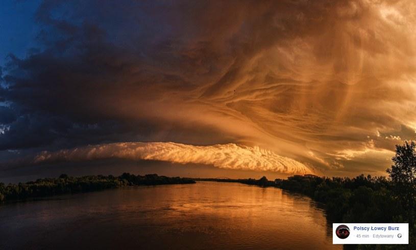 Chmura burzowa oświetlona wschodzącym słońcem /Facebook /
