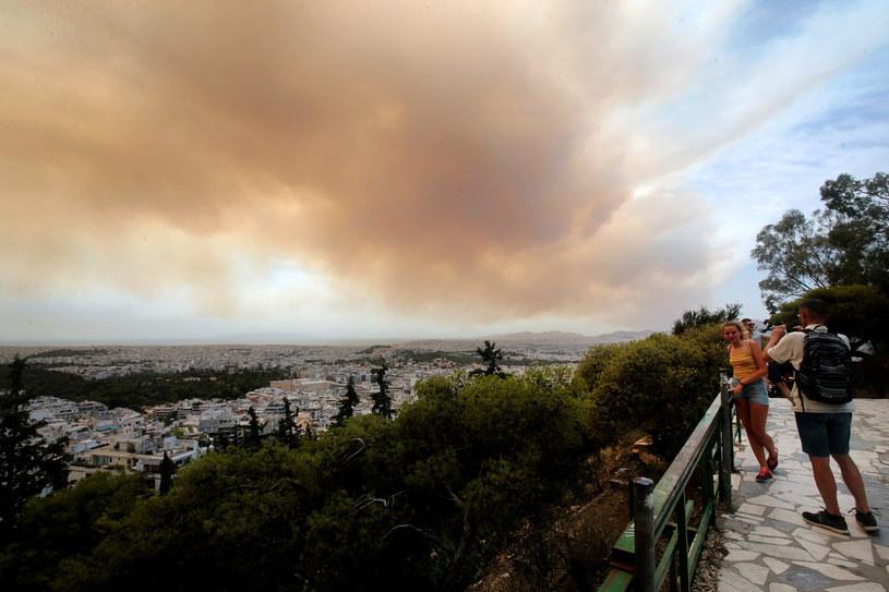 Chmura dymu widziana z miejscowości Kineta /PANTELIS SAITAS /PAP/EPA
