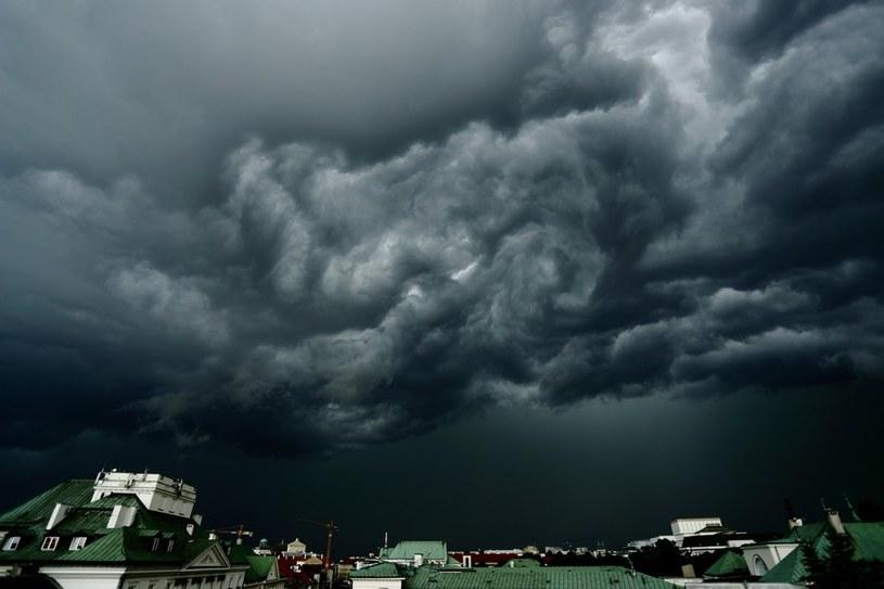 Chmury burzowe nad Warszawą /Danuta Matłoch  /Reporter