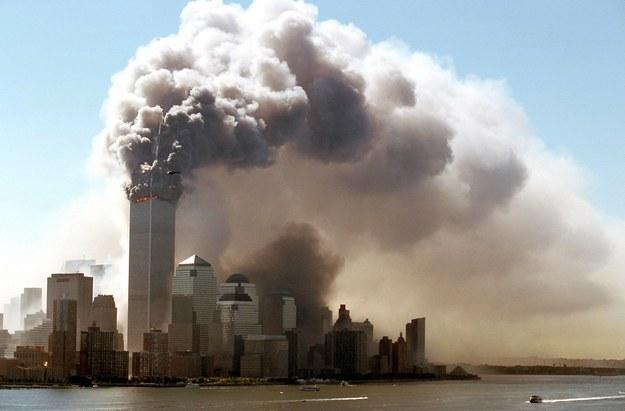 Chmury dymu z płonących górnych pięter World Trade Center w Nowym Jorku /Hubert Boesl /PAP/DPA