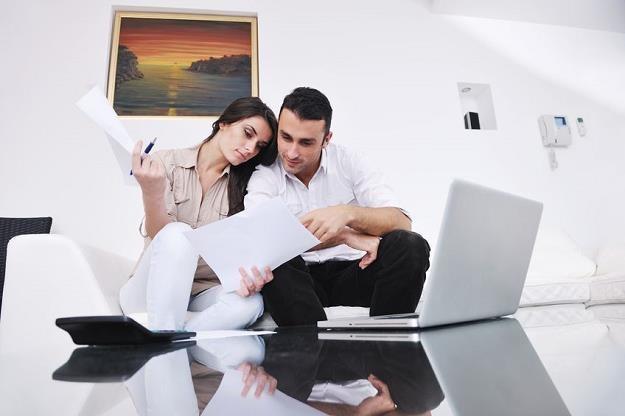 Choć banki podwyższają marże kredytów mieszkaniowych, to w wymaganiach dochodowych trzymają poziom /©123RF/PICSEL