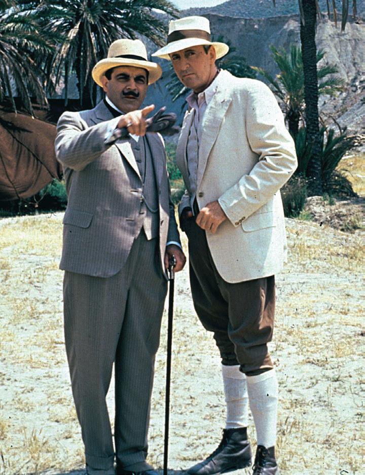 Choć cierpiał na chorobę morską i panicznie bał się latać, to jednak zdarzało się, że za namową kapitana Hastingsa, Poirot spędzał wakacje w egzotycznych krajach /materiały prasowe