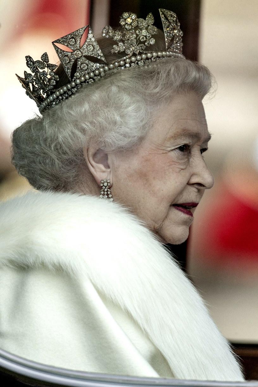 Choć królowa skrzętnie ukrywa swoją fryzurę pod koroną lub kapeluszami, wprawni obserwatorzy wiedzą, że od lat pozostaje wierna jednej fryzurze /REPORTER /East News