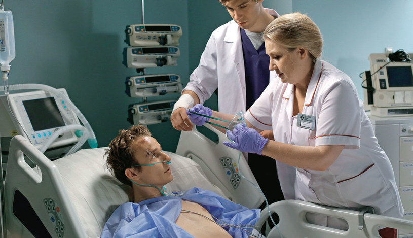 Choć Leokadia (Aldona Jankowska) jest jedynie pielęgniarką z OIOM-u, doskonale wie, co się dzieje w całym szpitalu /Świat Seriali