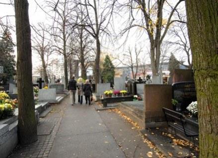 Choć mam już swoje lata, nie potrafię po zmroku minąć cmentarza...