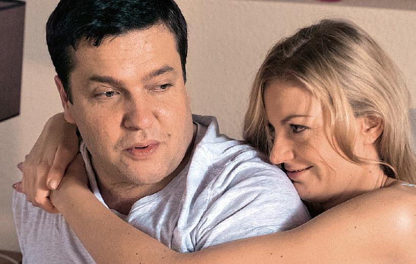 Choć Michał wciąż kocha Kingę, nie wyobraża sobie, żeby porzucić Julię, która spodziewa się dziecka. /Świat Seriali