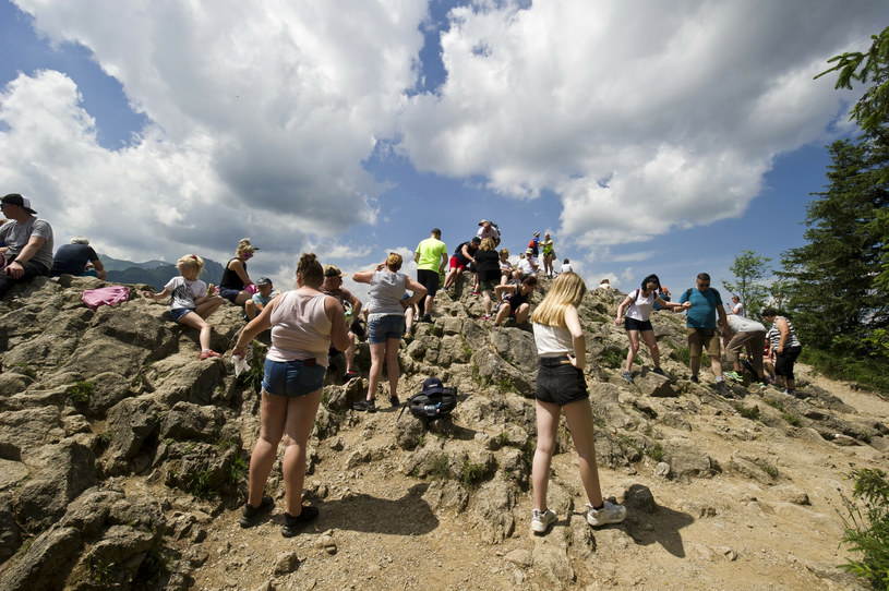 Choć na szlakach dużo udało się zrobić do tej pory, nadal niezbędne są akcje, w których wolontariusze włączają się w akcje porządkowania gór /Stanisław Bielski/Reporter /East News