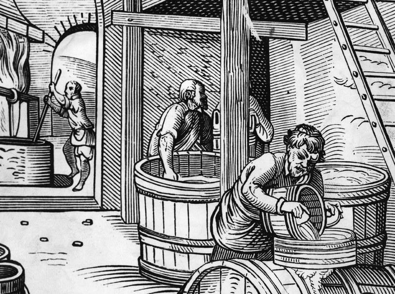 Choć nie pokazują tego średniowieczne ryciny, to w browarach aż roiło się od pięknych kobiet! /Getty Images/Flash Press Media