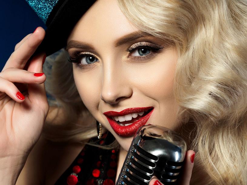 Choć o białych zębach marzono już w starożytności, to globalną modę na lśniący uśmiech zapoczątkowało Hollywood /123RF/PICSEL