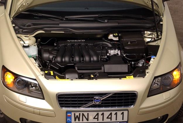 Choć to spora pojemność jak na kompakt, silnik 2.4 trafiał też do S40. /Motor