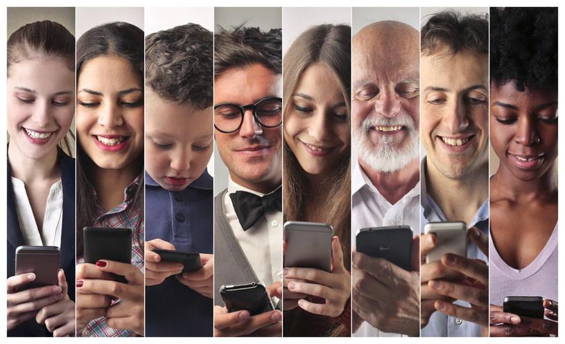 Choć wiele osób wciąż pamięta czasy bez telefonów komórkowych, niewielu potrafi sobie wyobrazić życie bez nich /123RF/PICSEL