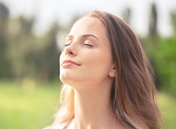 Choć wydaje się, że po niedawnym urlopie skóra powinna być piękna i zdrowa,  w rzeczywistości przeżywa stres oksydacyjny /Picsel /123RF/PICSEL