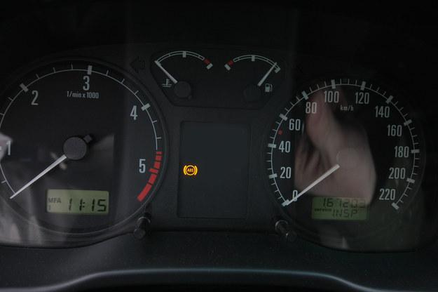 Choć z zepsutym ABS-em da się jeździć, to jest to bardzo niebezpieczne. /Motor