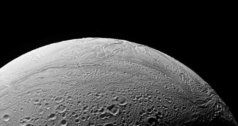 Chociaż Enceladus wydaje się miejscem niezbyt gościnnym, istnieje tam kilka czynników, które mogą sprzyjać obecności życia /AFP