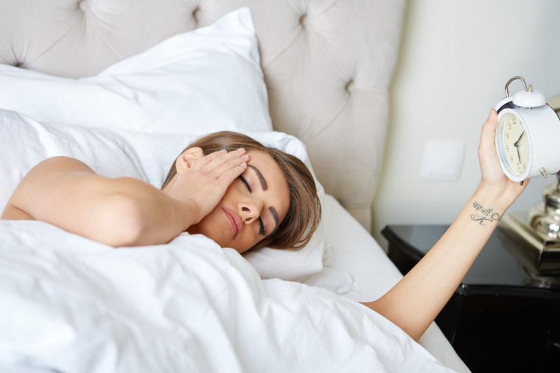 Chociaż liczba godzin snu nie ma znaczenia, pora, kiedy kładziemy się spać, już tak! /123RF/PICSEL
