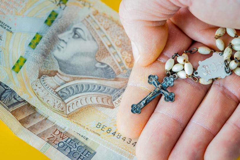 Chociaż pieniądze w kopercie to najpopularniejszy prezent, niektórzy goście decydują się na zakup pamiątek religijnych /123RF/PICSEL
