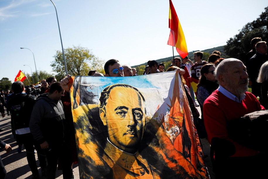 Chociaż uroczystość miała charakter prywatny, zgromadziła kilkuset zwolenników frankizmu /David Fernández    /PAP/EPA