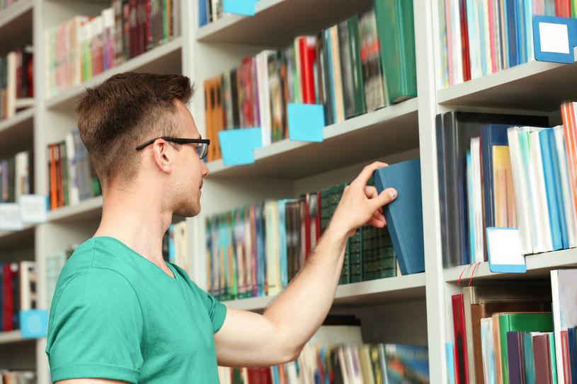 Chociaż zdecydowana większość badanych (62 proc.) twierdzi, że lubi czytać książki, niewielu Polaków deklaruje, że w ostatnim miesiącu sięgnęło po lekturę /123RF/PICSEL