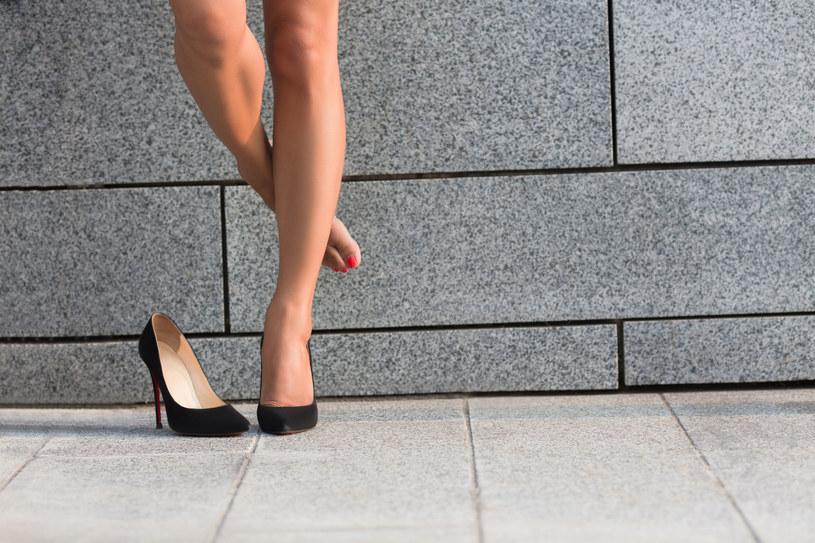 Chodzenie na szpilkach sprzyja powstawaniu halluksów /123RF/PICSEL