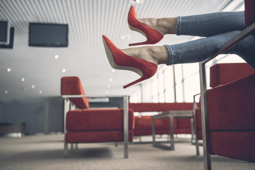 Chodzenie w butach na wsyokim obcasie jest treningeim pewności siebie /123RF/PICSEL