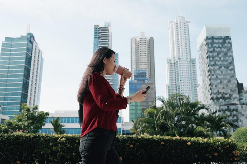 Chodzenie wpatrzonym w smartfona może być niebezpieczne /123RF/PICSEL